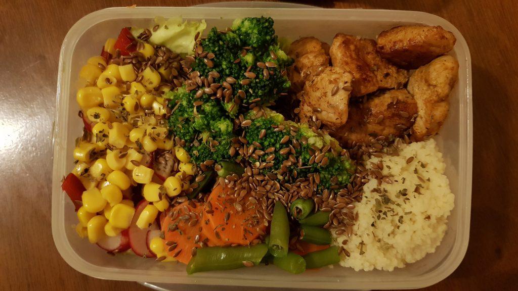 Sałatka z kurczakiem i warzywami z wody